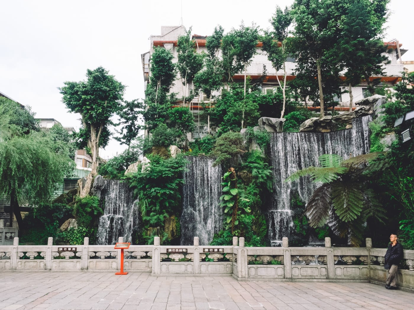 Taiwan - Taipei - Longshan Temple waterfall