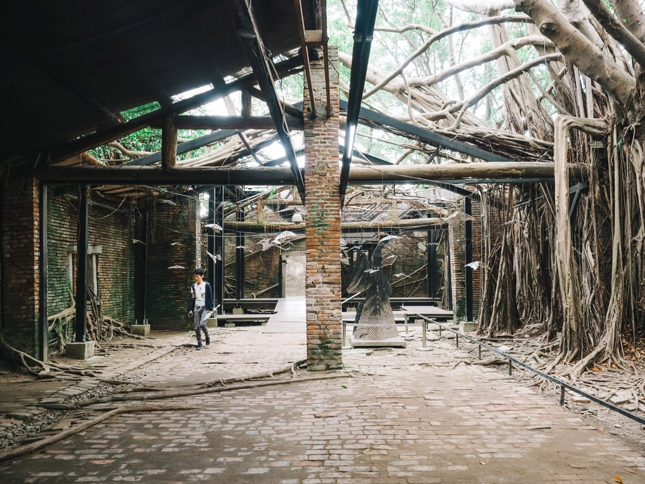Tainan - Anping Treehouse - Inside with metal sculpture