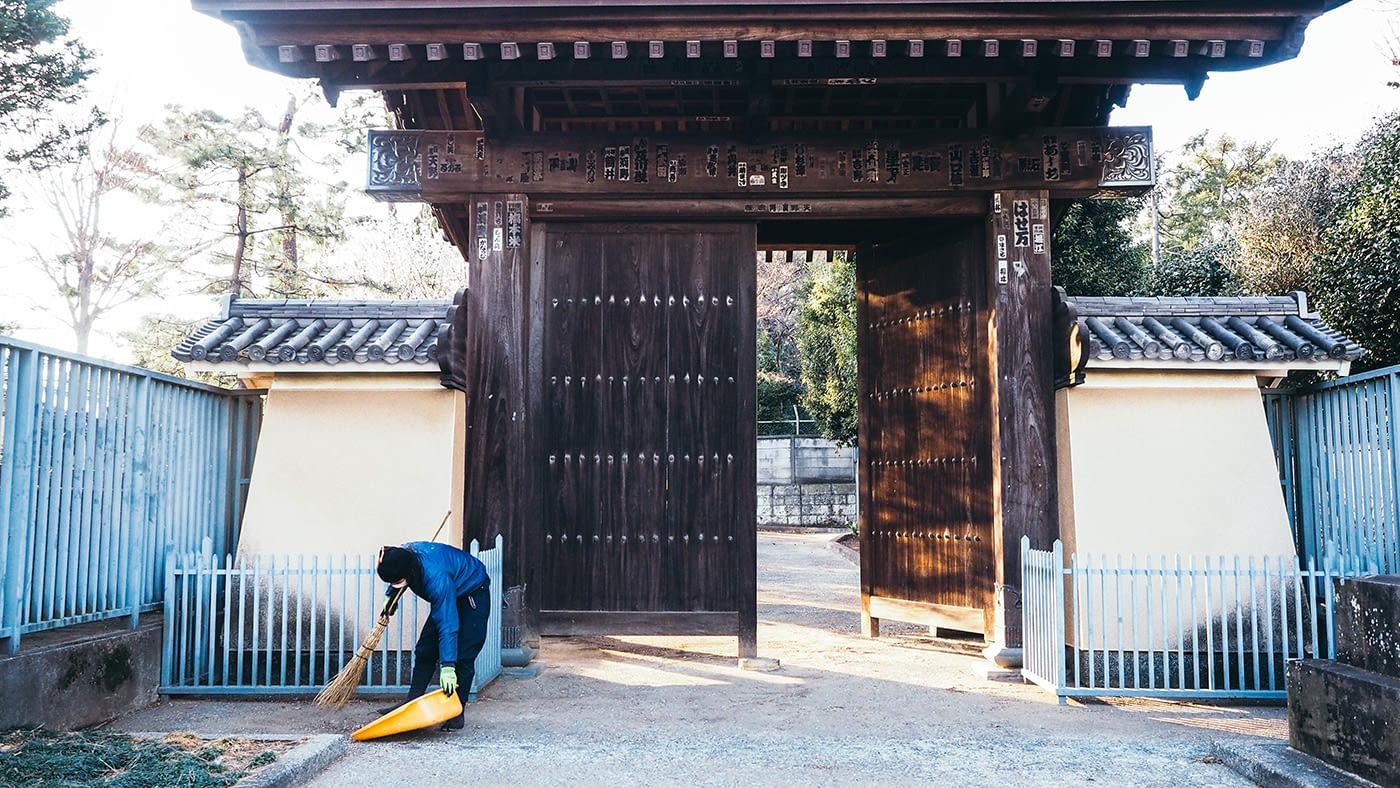 Japan - Gotokuji Temple - Keeping the temple clean